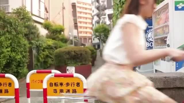 【初美沙希】若くて可愛いお嫁さんがパンツ丸出しで元気に学校の送り迎えをしてくれるww